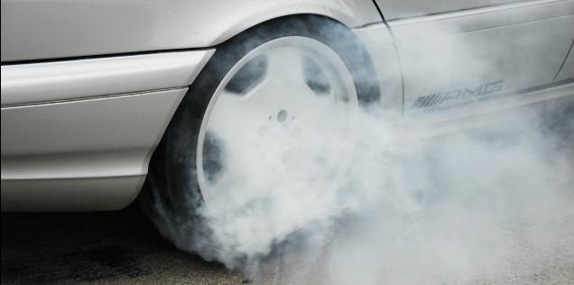 cambiare le gomme dell'auto in fumo