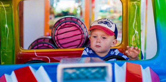 Bambini in auto: macchina con neonato