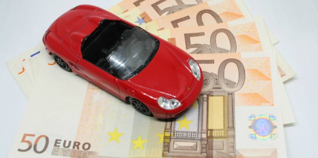 Assicurazione auto scaduta: macchinina con soldi