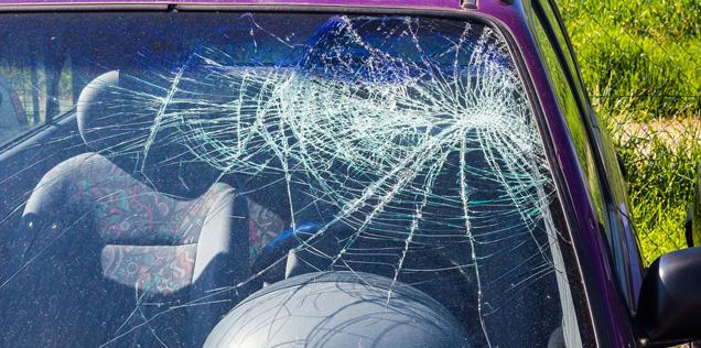 Cambiare il parabrezza dell'auto, vetro rotto