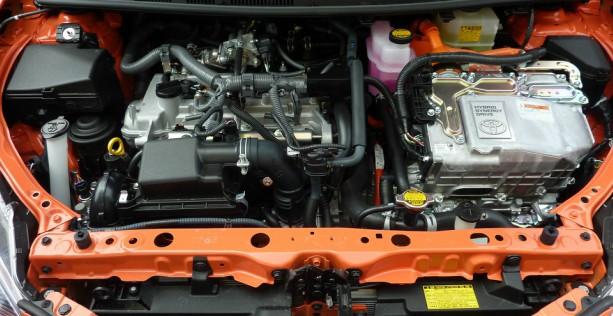 Batteria auto scarica: cofano motore