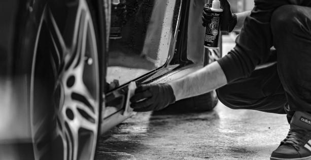 Pulire la tappezzeria auto con il vapore