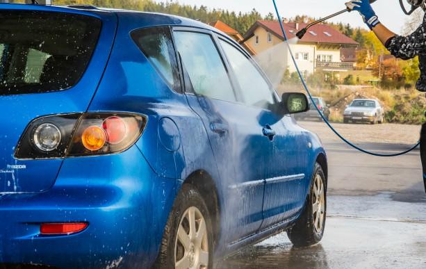 Come lavare l'auto: consigli, idee e segreti