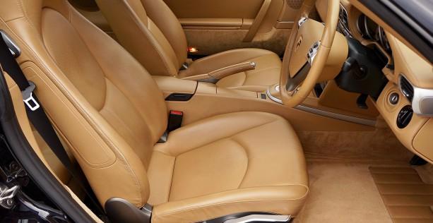 Lavare l'auto dentro e i sedili in pelle