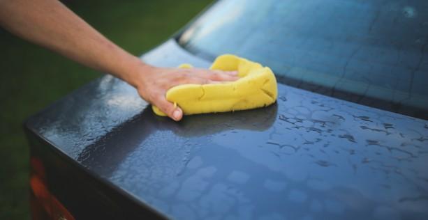 Lavare l'auto e asciugatura