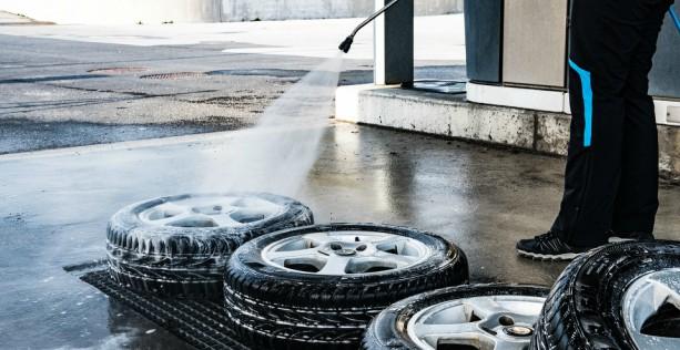 Lavare l'auto e le gomme