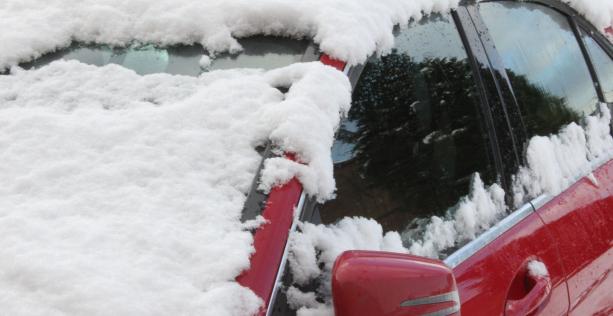 Auto fuori in inverno e l'uso di detergenti anti gocce d'acqua