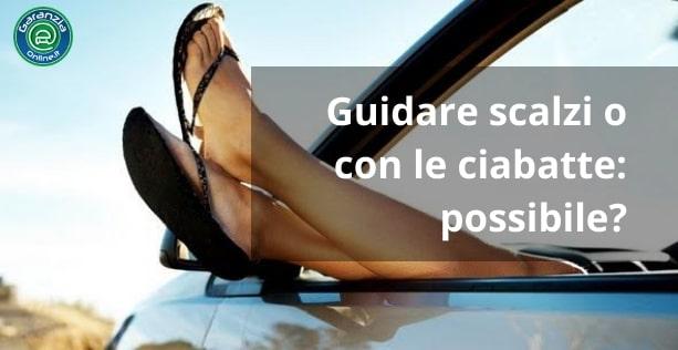 Si può guidare in ciabatte o a piedi scalzi?