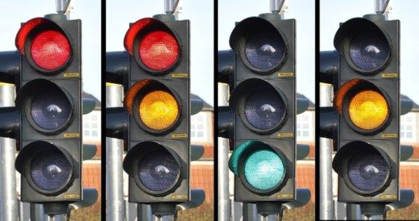 Semaforo giallo: cosa fare e cosa significa
